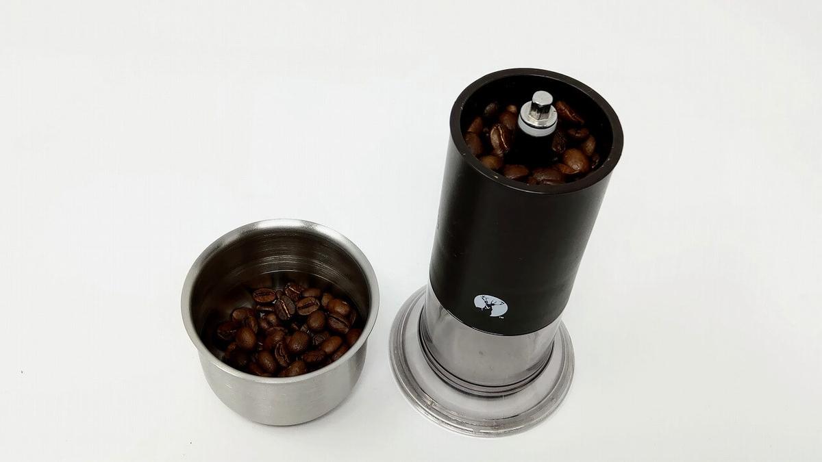 キャプテンスタッグのコーヒーミルで豆を挽く