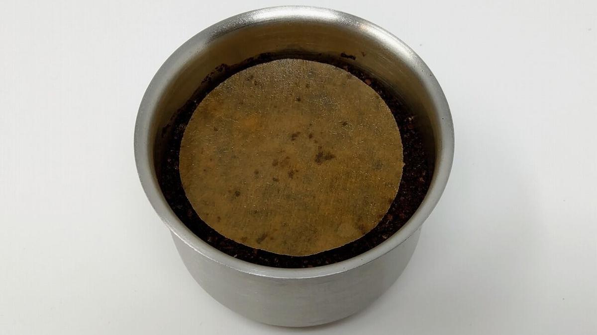 Water Dripperのカップに入れたコーヒー粉の上に濡らした円形フィルターをのせる