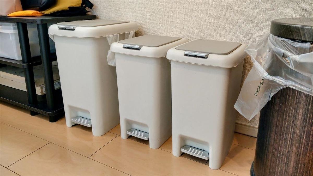 アルミ缶・スチール缶・ビンの3種類のゴミの分別のためにゴミ箱を3つ使用