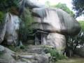 鬼の差し上げ岩  岡山県総社市 天井岩:縦15m、横5m、厚さ5m
