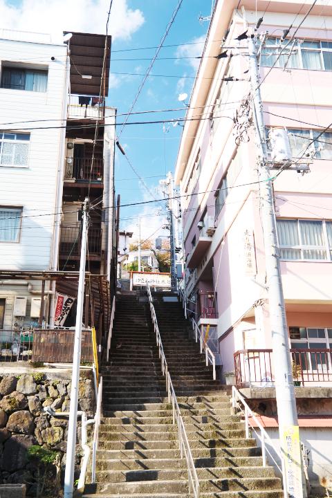 伊豆山参道 下宮跡から見上げる