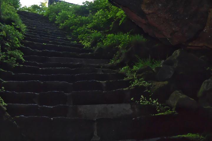 人穴入口から階段を見上げる