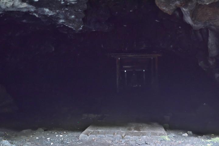 人穴入口から奥を覗く