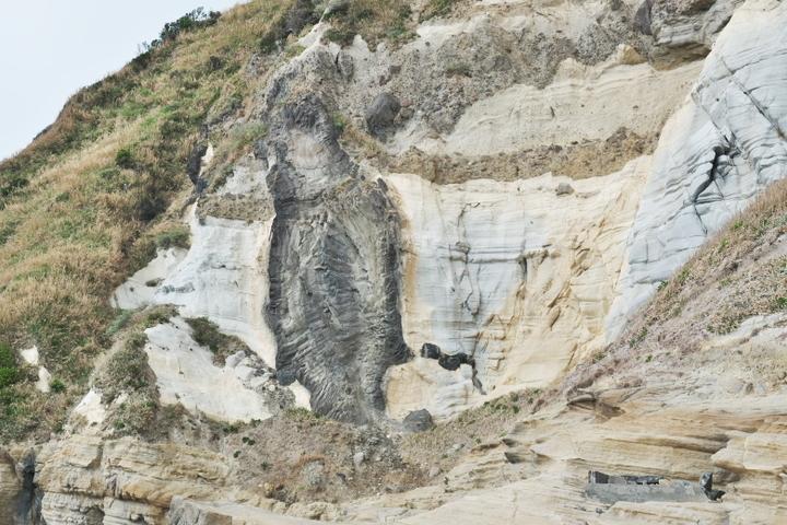 千畳敷の崖 地層と岩脈
