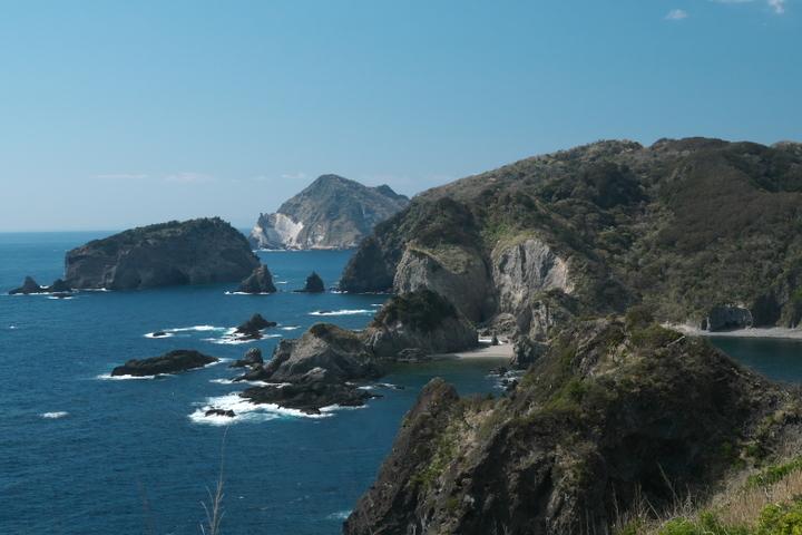 あいあい岬から望むトウガイ浜と三ツ石岬
