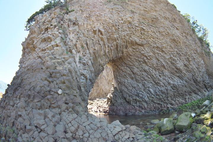 中ノ島の穴 ダイナミックな柱状節理