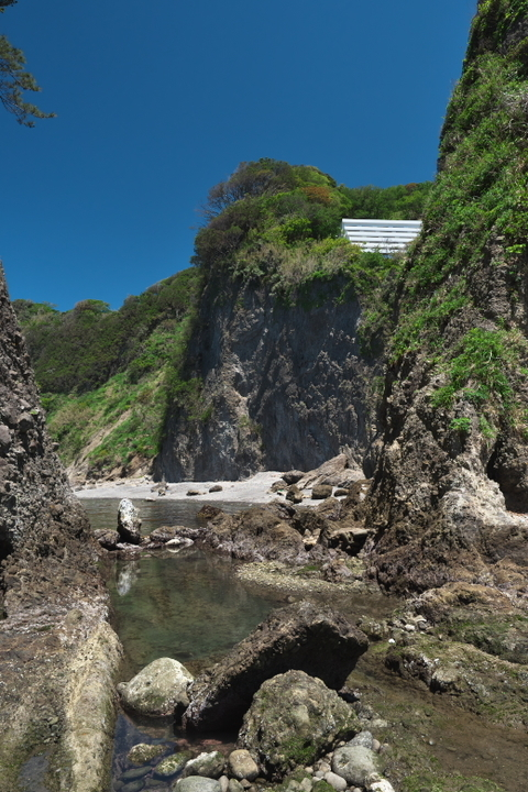 つば沢海岸の隣へ続く岩場の道