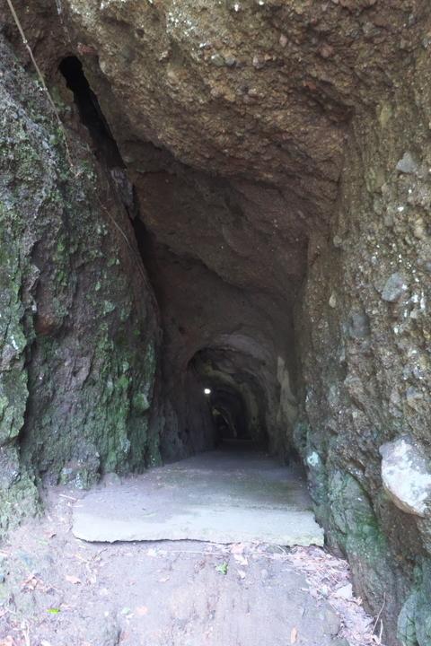 子浦海水浴場の洞窟