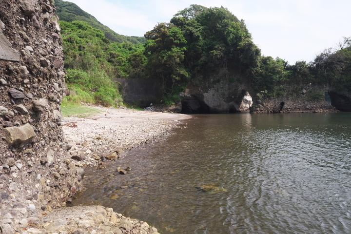 洞窟の先にある隣の浜
