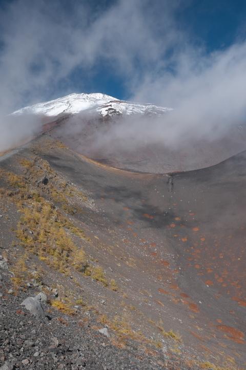 富士山 宝永山第二火口縁から山頂