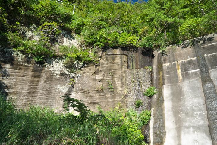 狩野川放水路の壁面