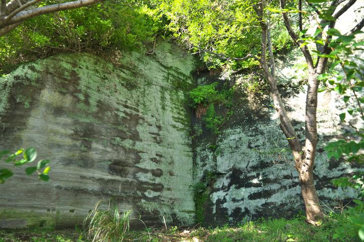石切場の駐車場の壁