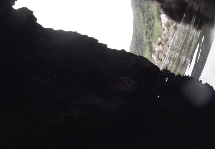 落居 洞窟内から
