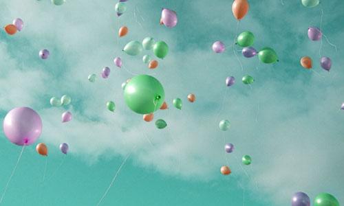 風船が空に浮き上がるイメージ画像