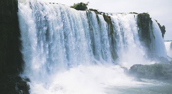 滝から濁流が流れ落ちる画像