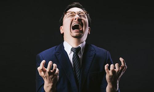 叫ぶ男性の画像