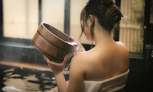 早朝にお風呂に入る女性の画像