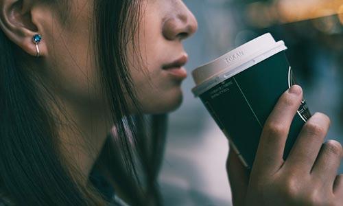コーヒーを飲む女性の画像