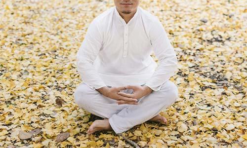 瞑想をする人の画像