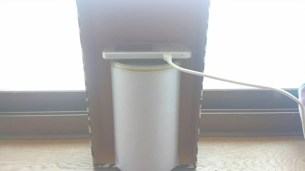 窓際に置いたポケットWi-Fiの端末