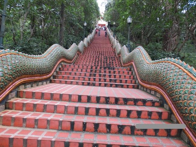 タイチェンマイドイステープ寺院階段