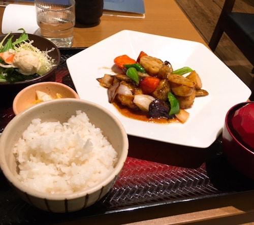 大戸屋鶏と野菜の黒酢あん定食