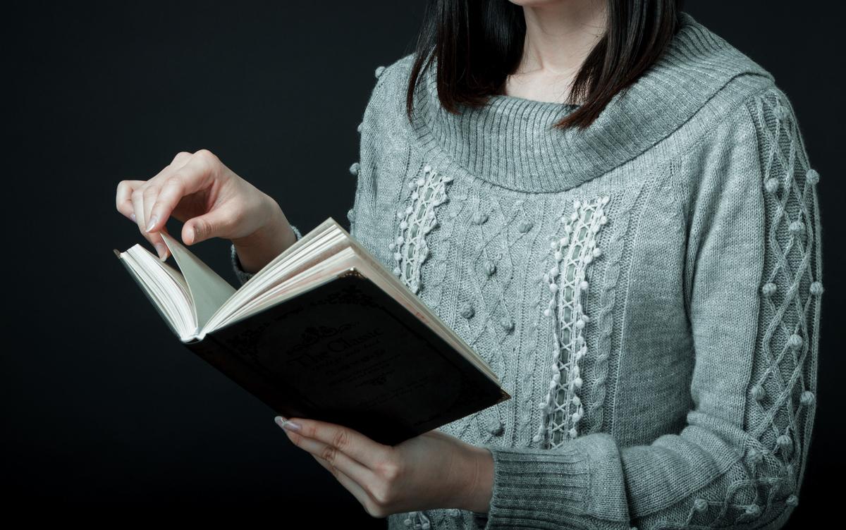 家で本を読む