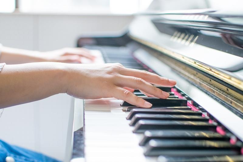 得意なピアノを演奏している手