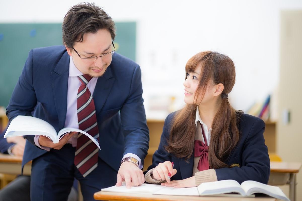 会話をする高校の先生と生徒