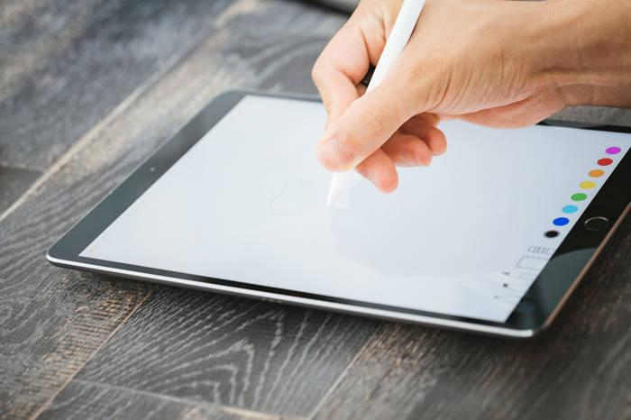 タブレットで絵を描いている人の手