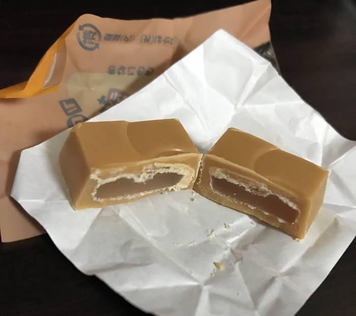 チロルチョコきなこもち味の餅グミが見えている断面図
