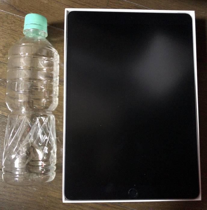 IPadとペットボトルで大きさの比較