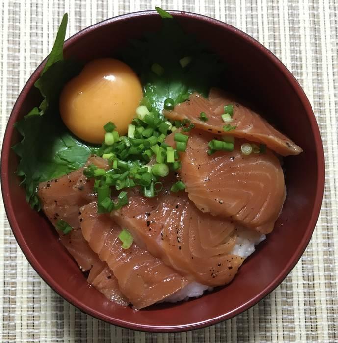 サーモンのブラックペッパー漬けと卵がのってる丼ぶり