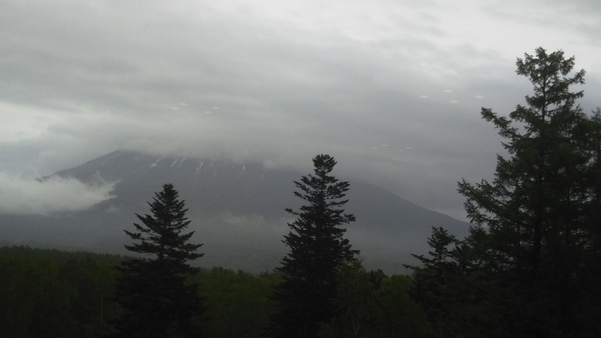 雲の傘がかかった羊蹄山