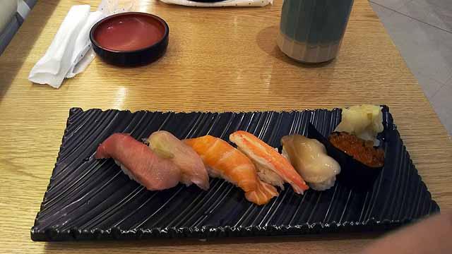 空港待合で寿司