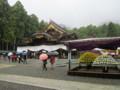 弥彦神社の菊花展会場‥やや強めの雨