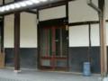 玄関戸のはげた個所をニスで補修