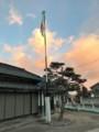 村のポールに国旗掲揚