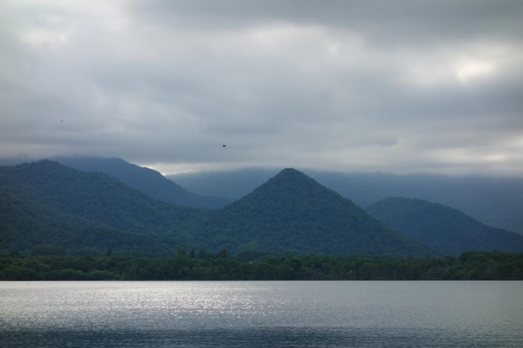 わずかな太陽の光を受けてきらめく屈斜路湖の湖面