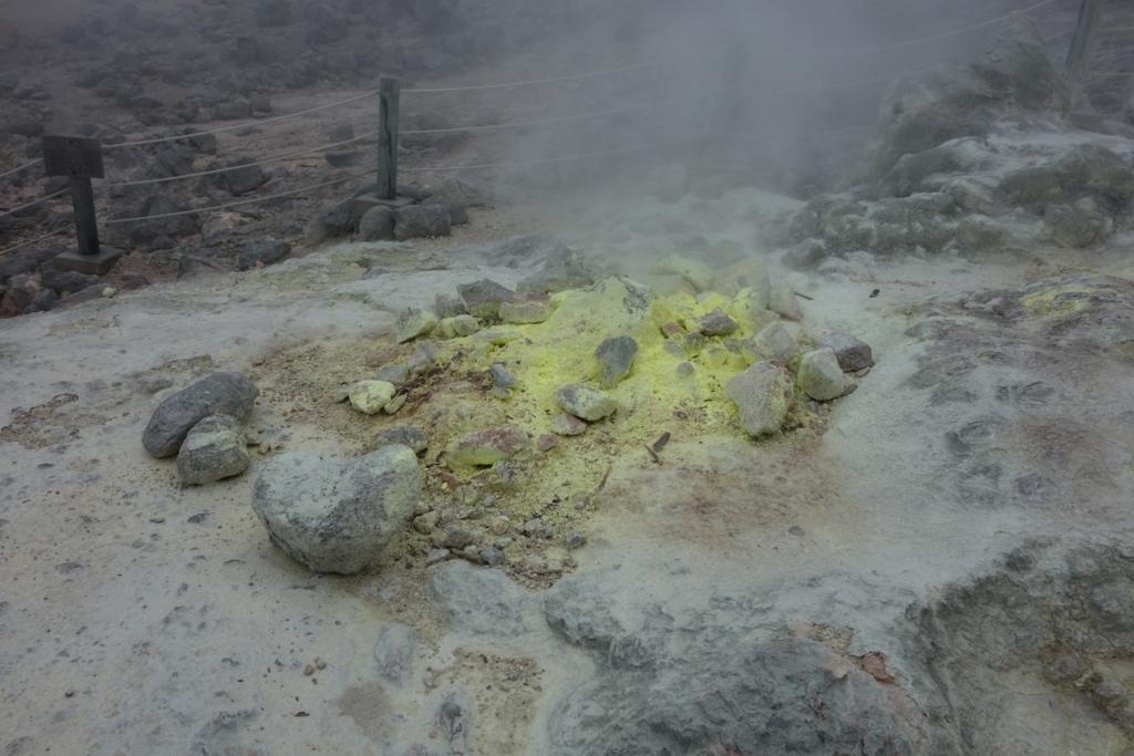 硫黄山の硫黄の噴気孔