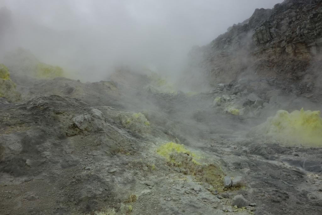 硫黄の噴気孔がたくさん集まっている