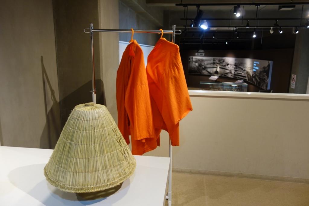 昔の囚人服と編み笠を着られるコーナー