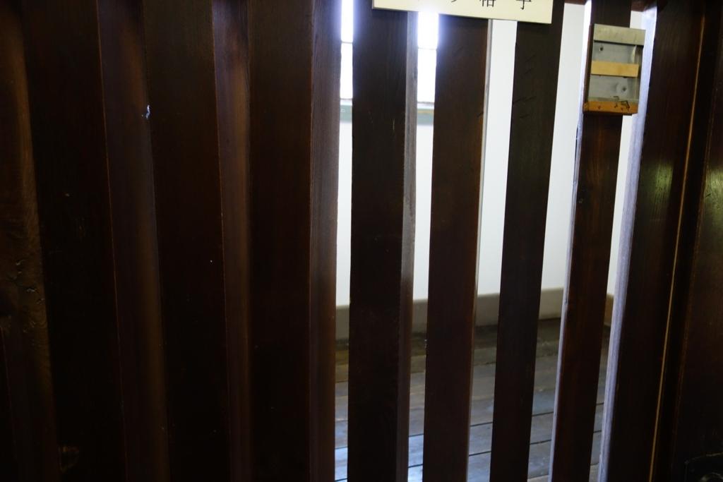 二見ケ岡刑務支所の舎房を外側から見る
