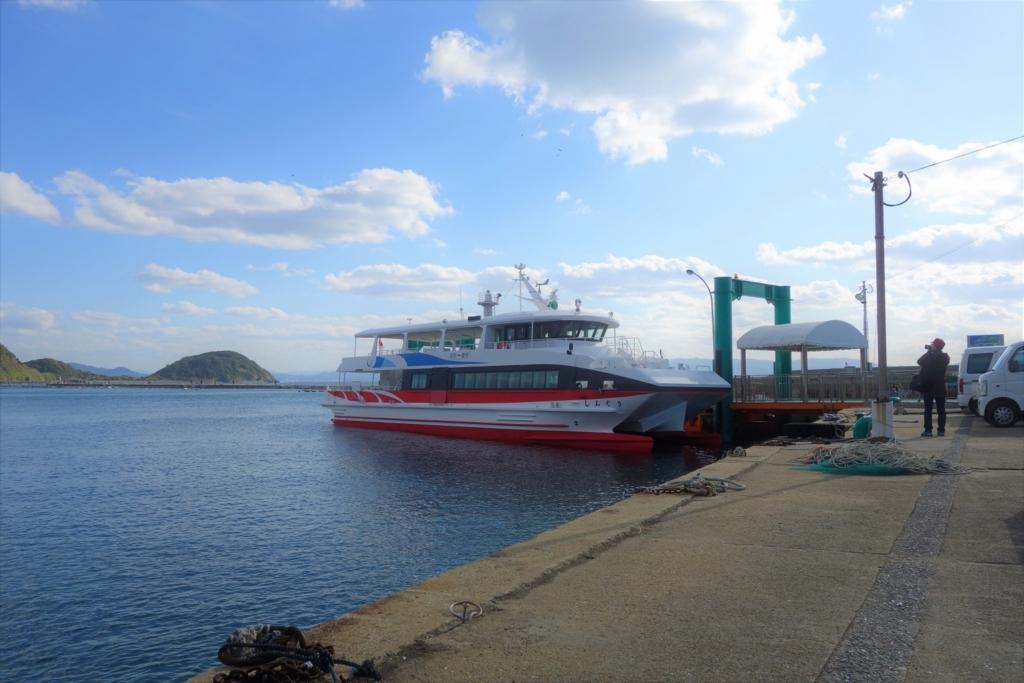 新宮港と相島を結ぶ渡船「しんぐう」。行きはかなり揺れる