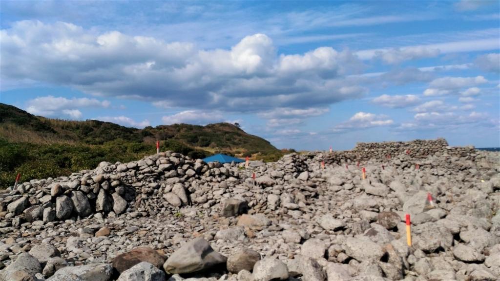 鼻面半島方面から見た相島積石塚群