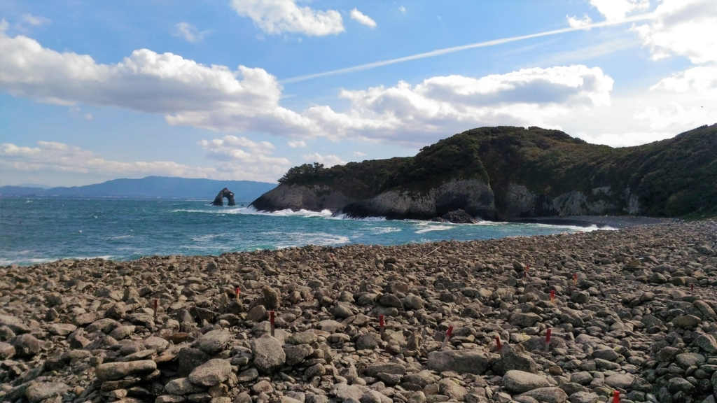 相島積石塚群から見ためがね岩と鼻面半島