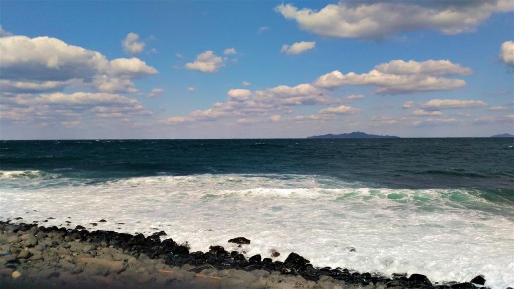 相島積石塚群の眼下に広がる礫浜
