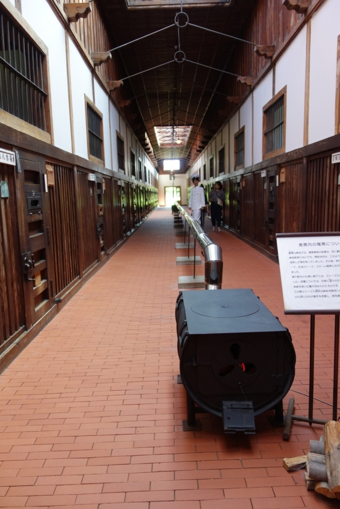 五翼放射状官舎の舎房通路中央には暖房が設置されている