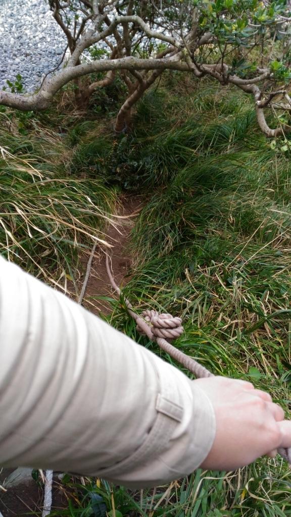 巨岩を越えるためのロープ