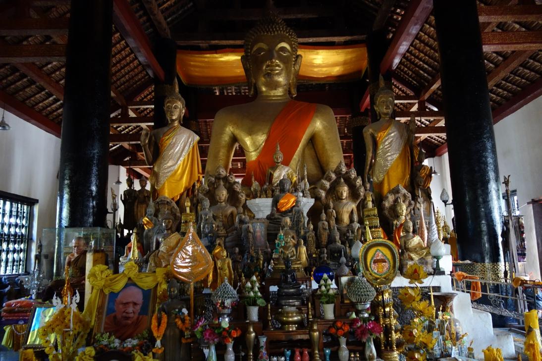 大量の仏像1